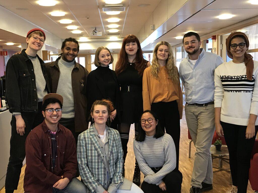 Tio personer av bland annat Make Equals praktikanter, projektmedarbetaren Yousef och några aktivister från nätverket, uppställda för ett gruppfotografi.