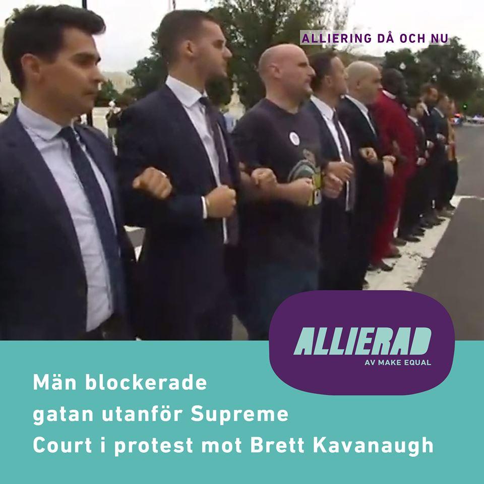 """Skärmdump från film där ett tiotal män krockar arm och står på rad på gatan utanför högsta domstolen. På bilden ligger texten """"Män blockerade gatan utanför Supreme Court i protest mot Brett Kavanaugh""""."""