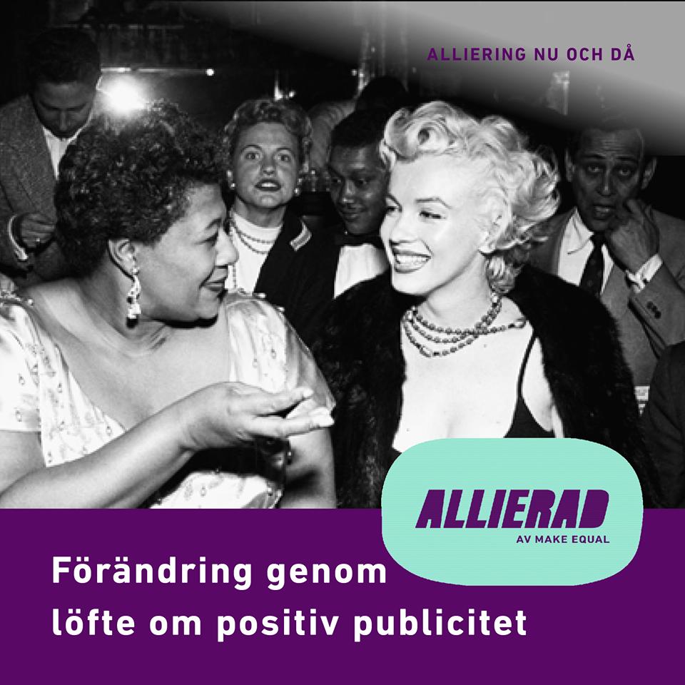 Svartvitt fotografi av Ella Fitzgerald och Marilyn Monroe uppklädda för nattliv, sittande på främsta raden, vända mot varandra. De pratar och skrattar. Bakom dem syns övrig, blandad publik.