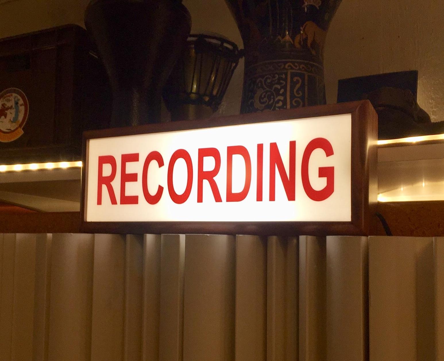 Inomhusmiljö, lysande skylt med text Recording.