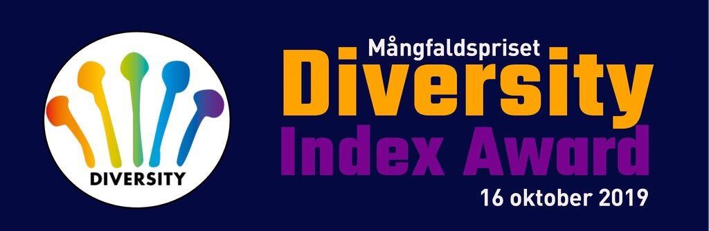 """Mörkblå bakgrund, Diversity Index Awards logga med """"knappnålsliknande figurer i olika färger"""", samt text """"Mångfaldspriset Diversity Index Award 16 oktober 2019"""""""
