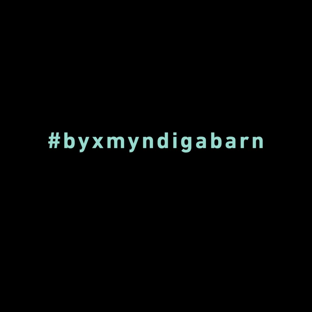 Hashtag #byxmyndigabarn skriven i turkosgrönt mot svart bakgrund.