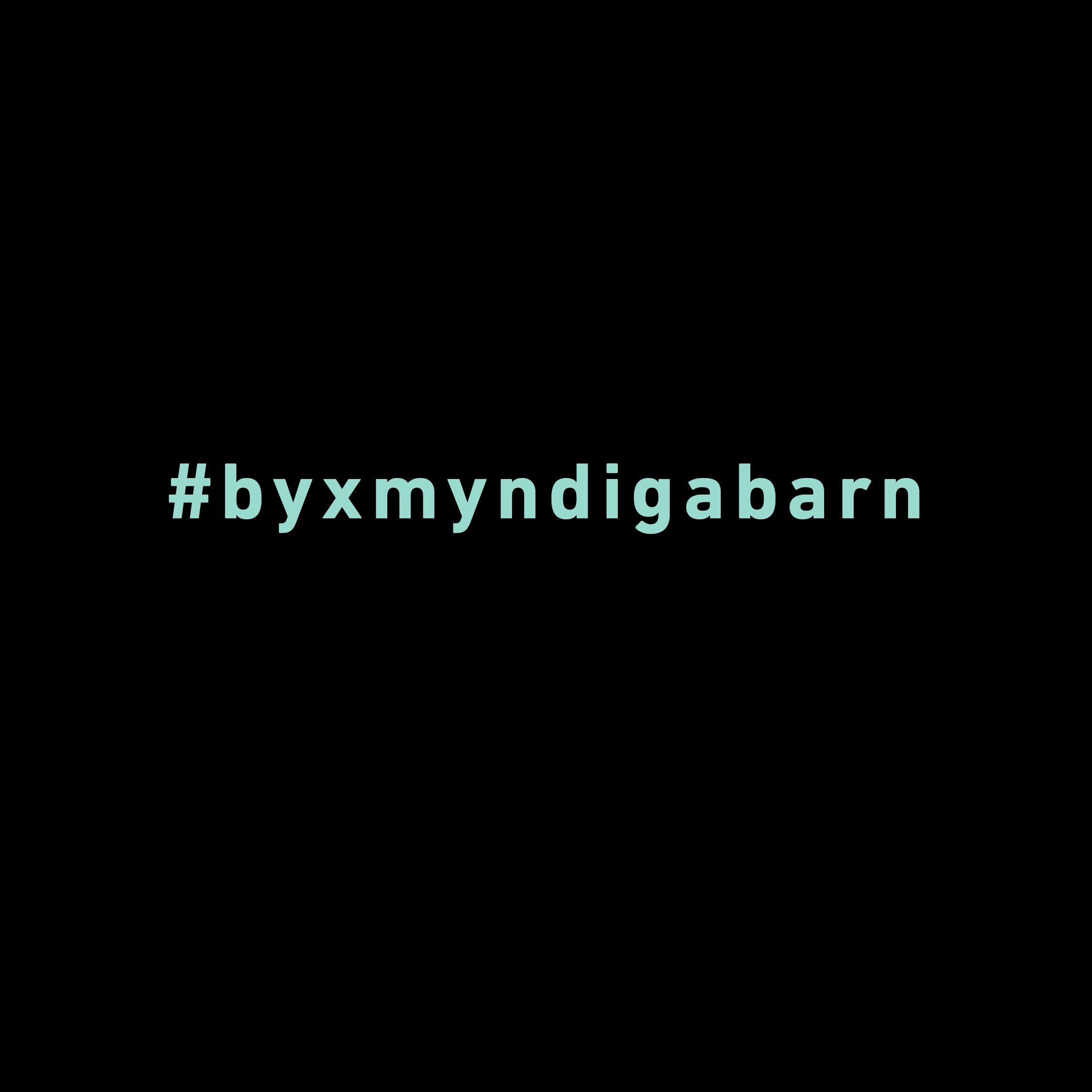 Hashtag #byxmyndiga skriven i grönturkost mot svart bakgrund.