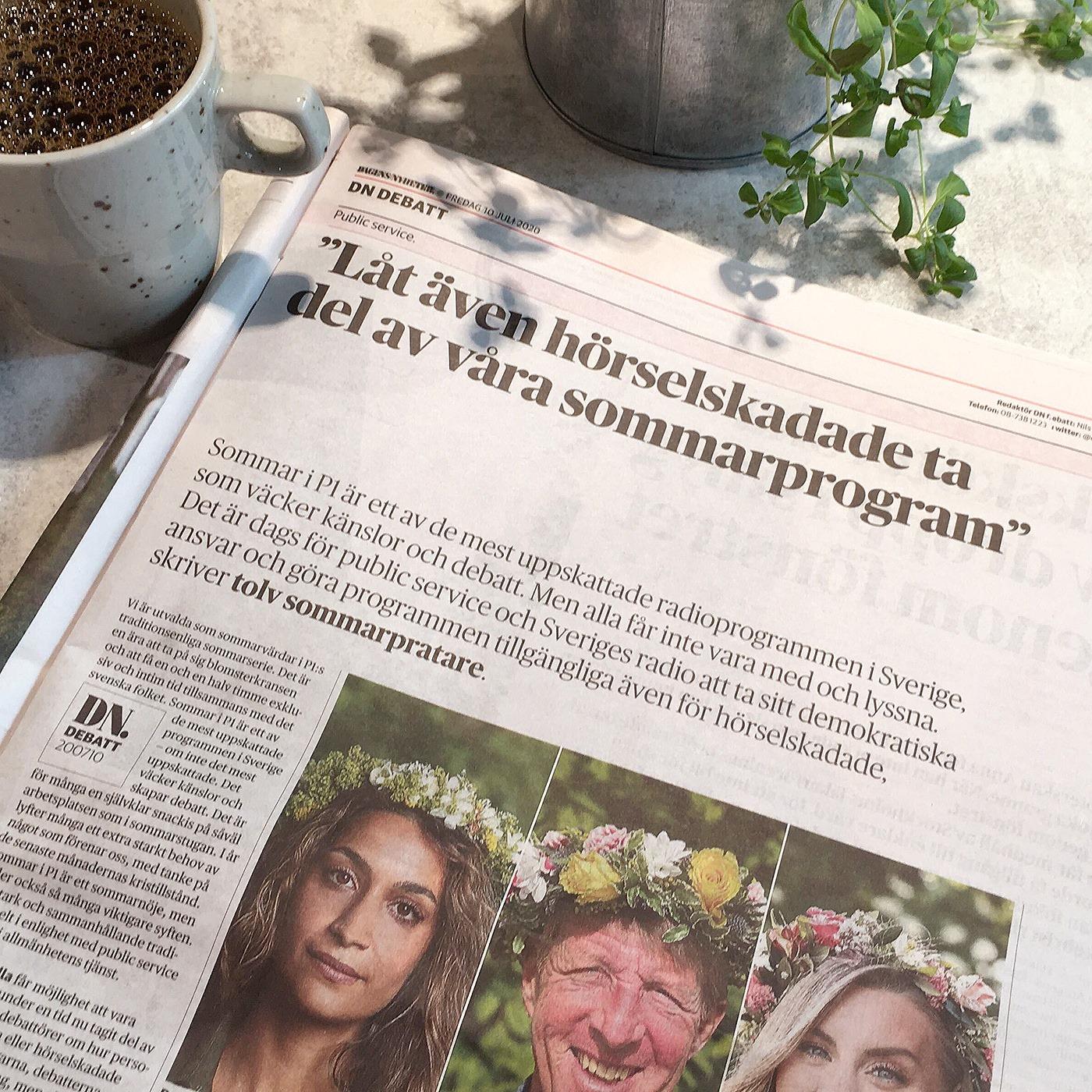 """Foto, tidning på bord, kaffekopp, krukväxt. I tidningen rubriken """"Låt även hörselskadade ta del av våra sommarprogram"""", tre porträttbilder av Rojda Sekersöz, Björn Natthiko Lindeblad och Therése Lindgren i blomsterkrans."""