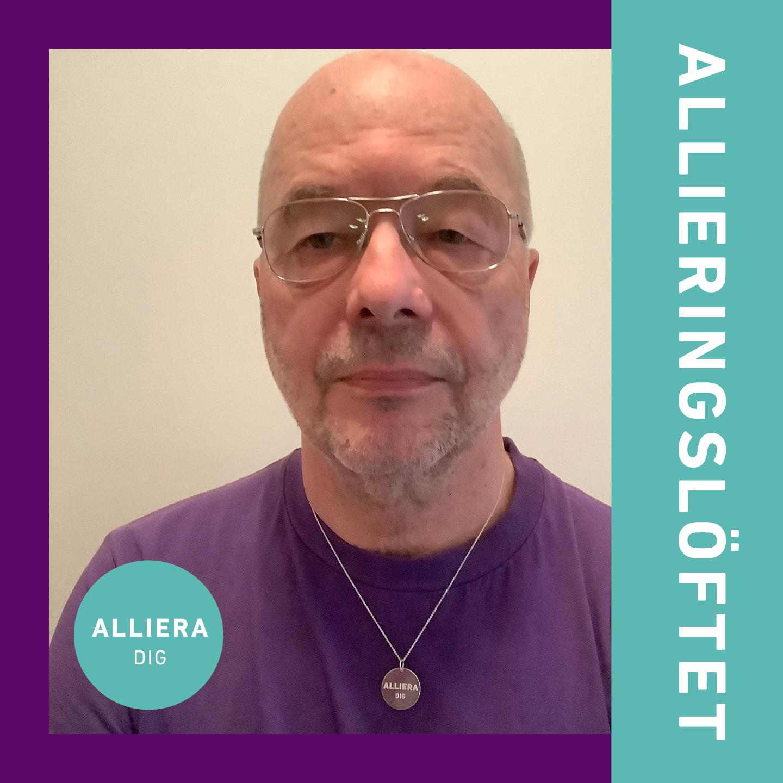 """Porträttfoto på PA med silverhalsband runt halsen med texten """"Alliera dig!"""", liten formgiven rund ring med samma text samt bord med texten """"Allieringslöftet""""."""